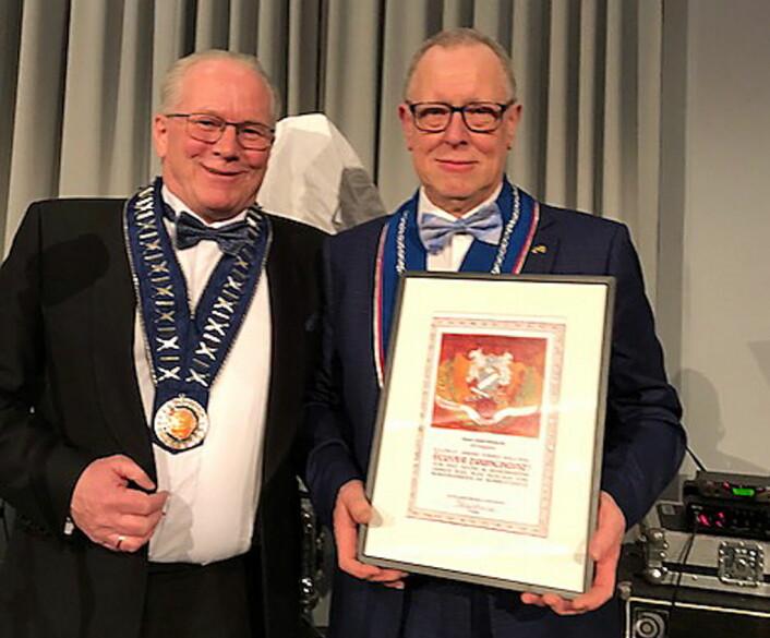 Hans Dahl Ørstavik (til høyre) sammen med NKLs president Helge Johansen, da Ørstavik fikk NKLs høyeste utmerkelse, André Enghs gullnål, tidligere i år. (Foto: NKL