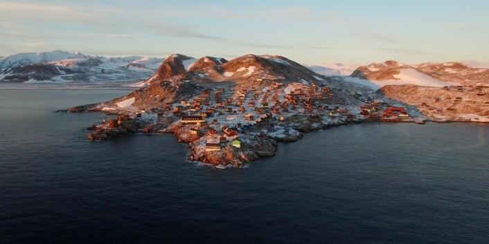 Ittoqqortoormiit ligger like ved munningen til verdens største fjordsystem, Scoresbysundet. (Foto: Hotels.com)