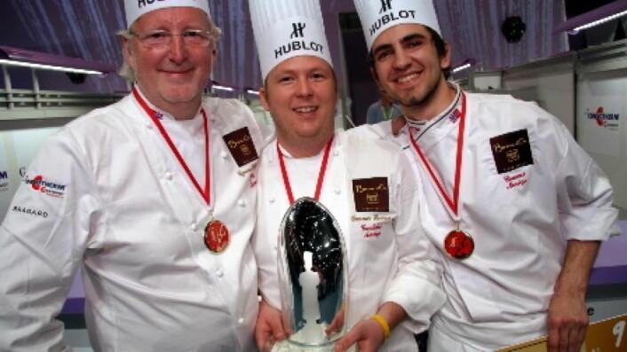 Eyvind Hellstrøm sammen med Gunnar Hvarnes (midten) og Filip A. Bendi etter sølvet i Bocuse d'Or Europe i Geneve i 2010. (Foto: Morten Holt)