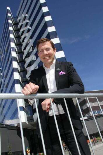 Øyvind Alapnes foran Clarion Hotel The Edge. (Foto: Morten Holt)