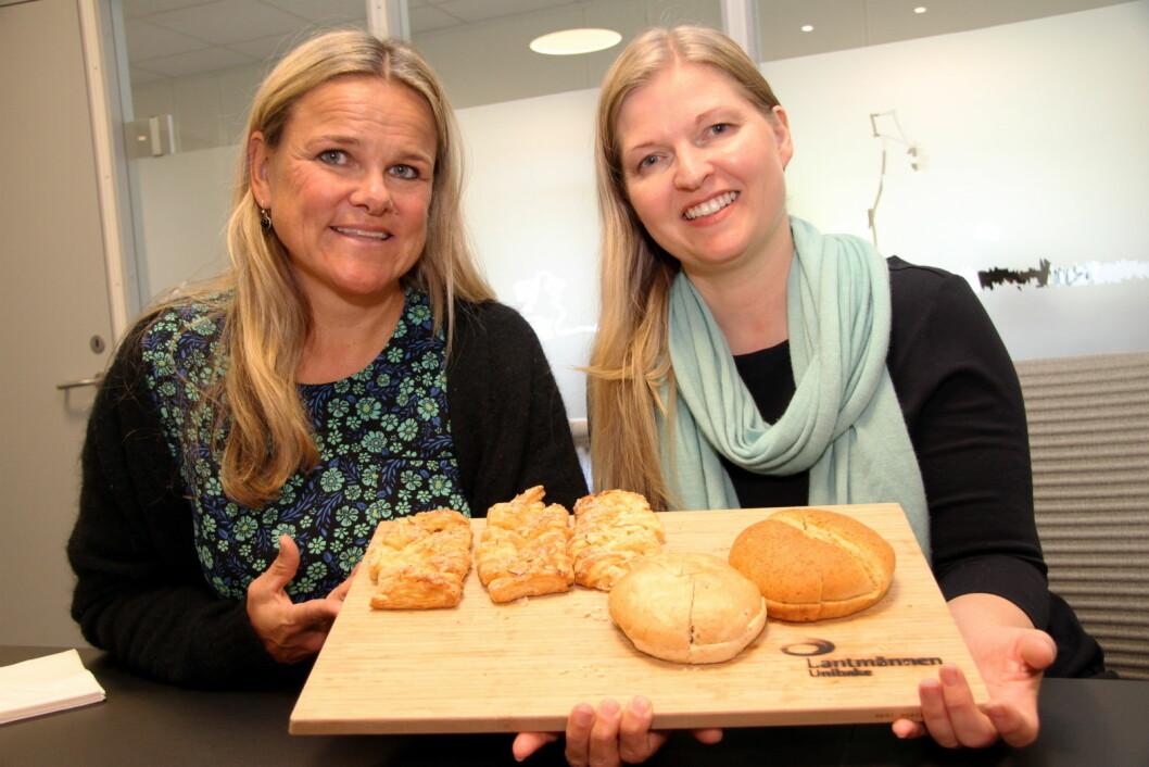 Markeds- og innovasjonsdirektør, Aina Hagen (til venstre) og digital- og PR-ansvarlig, Torunn Smedal Kallmyr hos Lantmännen Unibake setter søkelyset på bærekraft. Her med noen av produktene som ble lansert nå i høst. (Foto: Morten Holt)