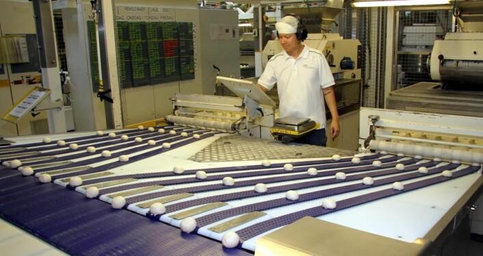 Baker Jimmy Dinh styrer produksjonslinjen. (Foto: Morten Holt)