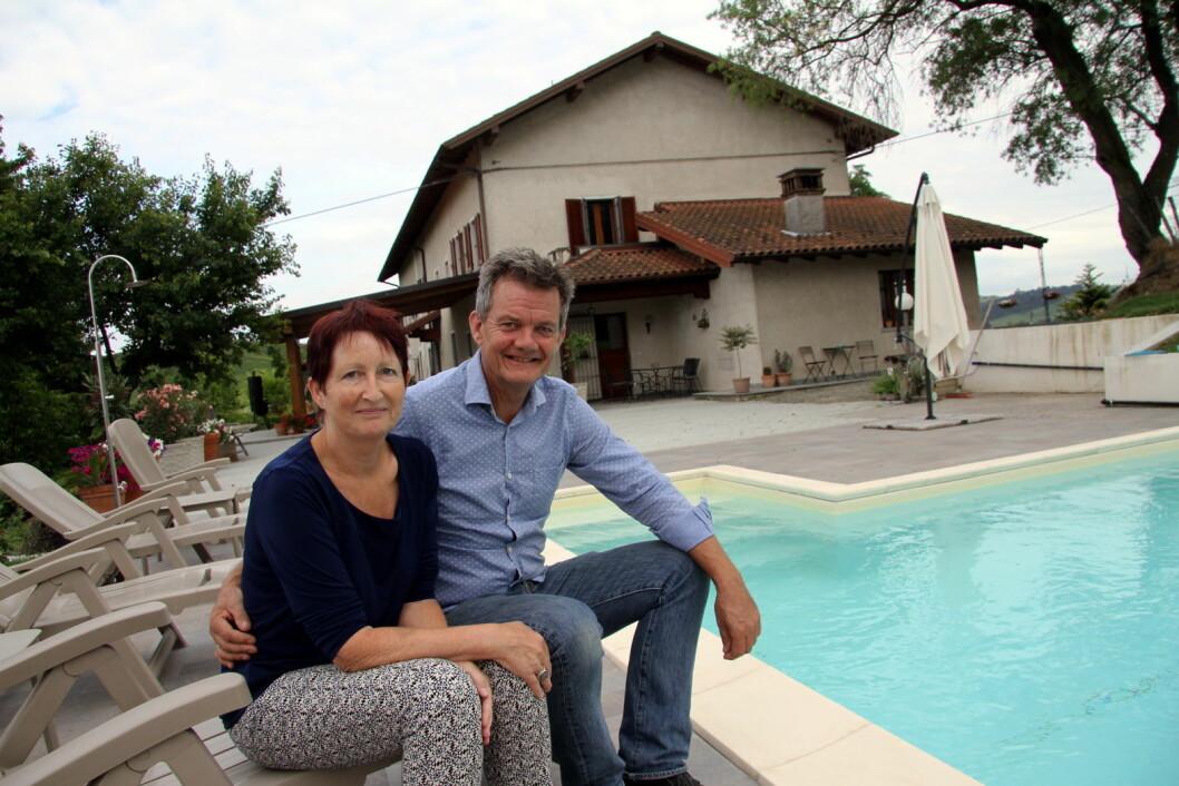 Gunvor S. Lie og Joar Monstad ved bassengkanten på Villa Bella Piemonte. (Foto: Morten Holt)