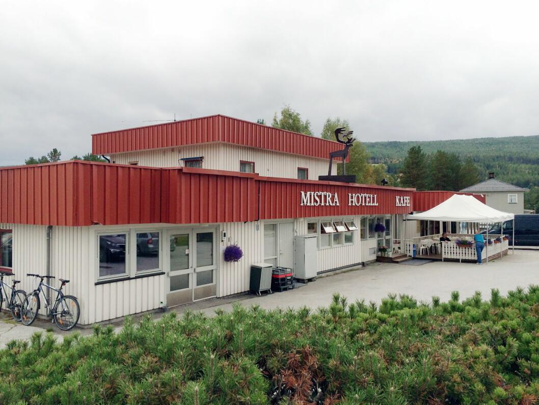 Hotellet har hatt navnet Mistra Hotell & Kafé de siste årene. Fra nyttår tas det opprinnelige navnet tilbake: Øiseth Hotell. (Foto: Morten Holt)