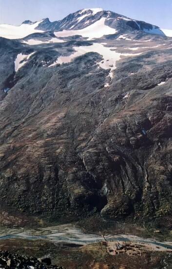 Spiterstulen (nederst), med Svellnosa, Keilhaus topp og Galdhøpiggen i bakgrunnen. Også Skardstinden, Norges femte høyeste fjell, sees til venstre i bildet. (Foto: Steinar Sulheim, postkort)