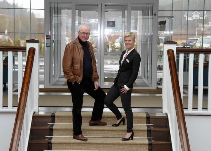 Laila Aarstrand sammen med eier Stig Fische ved inngangen til Støtvig Hotel. (Foto: Morten Holt)