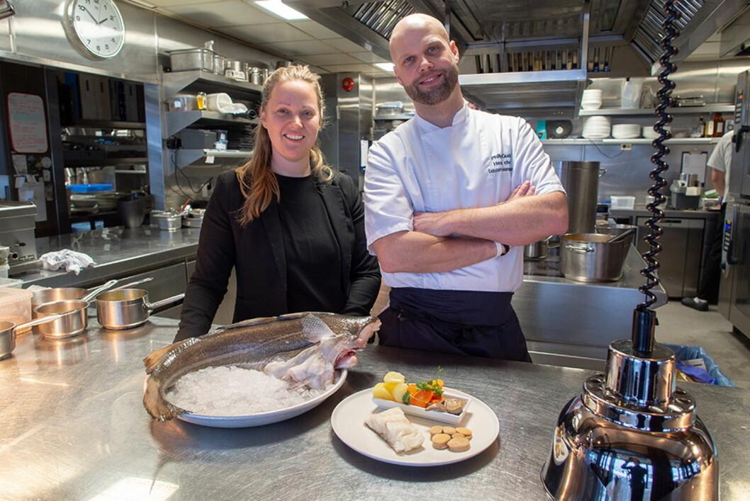 Tidlig skreistart på Lofoten Fiskerestaurant i Oslo. Her daglig leder Ann Bergström kjøkkensjef og Philip Gudd. (Foto: Fursetgruppen)