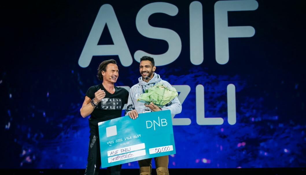 Azif Fazli ble tildelt prisen av Petter A. Stordalen. (Foto: Nordic Choice Hotels)