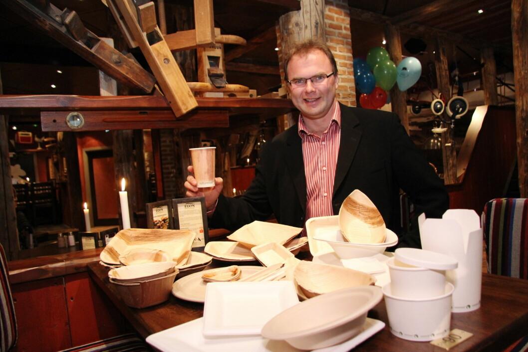 Jan-Erik Pavels Smith med noen av de miljøvennlige serveringsproduktene. (Foto: Morten Holt)