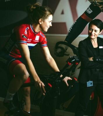 Syklist Ingrid Moe sammen med hotelldirektør Monica Egeberg. (Foto: Scandic Hotels)