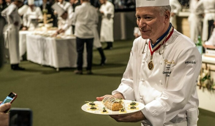 Norges tallerkenrett (chartreuse) vises frem for publikum og presse. (Foto: Tom Haga)
