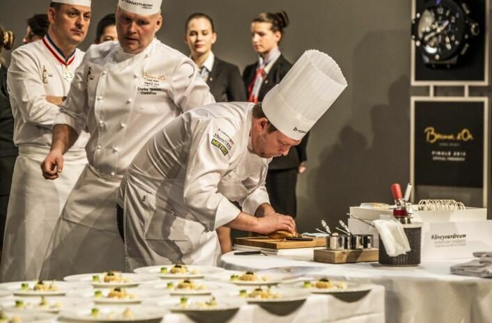 I årets konkurranse fikk også coachen være med aktivt. Gunnar Hvarnes legger opp. tallerkenretten. Rett bak Norges Bocuse d'Or-vinner fra 2003, Charles Tjessem. (Foto: Tom Haga)