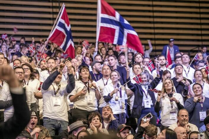 Norsk heiagjeng på tribunen, med både NHO Reiselivs administrerende direktør og kokkelandslagets kaptein på plass. (Foto: Tom Haga)
