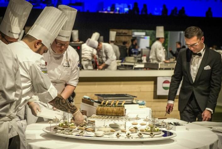 Fatet er klart for presentasjon. Håvard A. J. Østebø og Christian A. Pettersen (til venstre) er ferdig med jobben i Lyon. (Foto: Tom Haga)