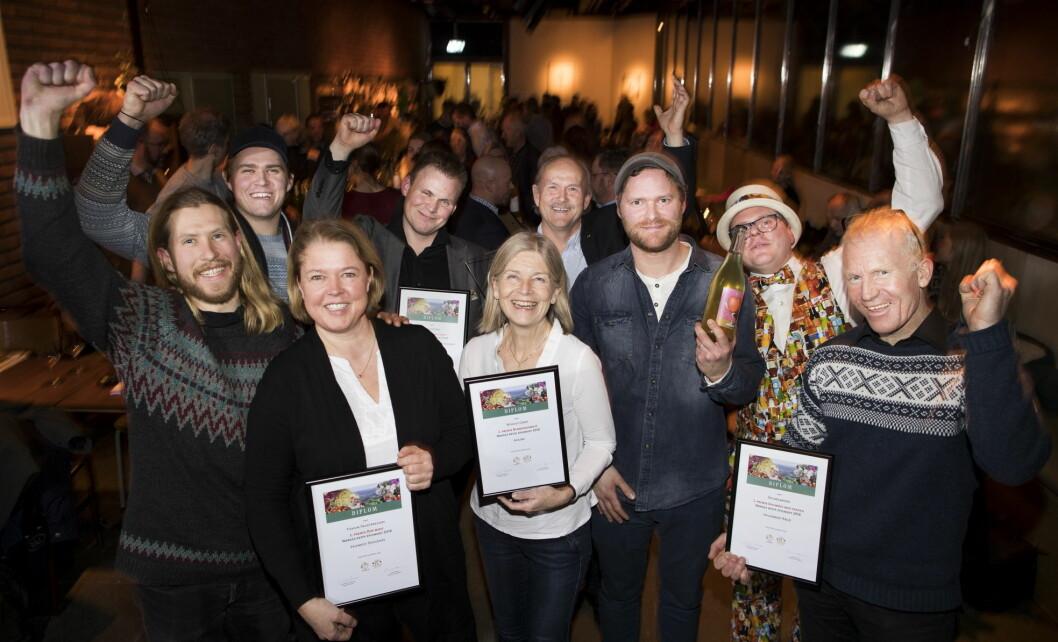 Årets vinnere: Bak fra venstre Even Kristoffersen (Fiskum fruktpresseri), Henrik Siversson (Thon Hotell Lofoten), Halvor Holtskog (Nyhuus Gard) og Erling Rosted Furseth (Solhøi Sider). Foran fra venstre: Karl-Kristian Muggerud (Fiskum fruktpresseri), Hilde Ruud (Fiskum fruktpresseri), Kari Nyhuus Holtskog (Nyhuus Gard), Martin Bech-Ravn (Solhøi Cider) og Geir Henning Spilde (Spildegarden). (Foto: Fredrik Solstad)