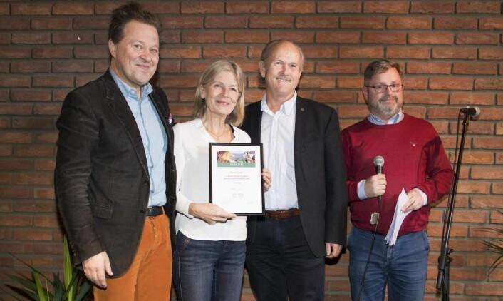 Dobbeltseier til Nyhuus Gard i kategorien «Blandingsmost»: Kari Nyhuus Holtskog og Halvor Holtskog fra Nyhuus Gard sammen med Arne Hjeltnes og Bernt Bucher-Johannessen. (Foto: Fredrik Solstad)