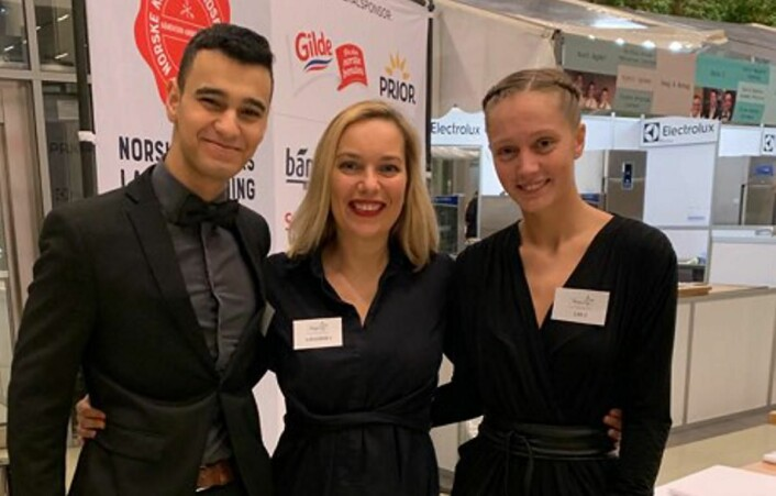Torill Renaa (midten) sammen med lærlingene Hussein Albederi og Rikke Norbø, som nylig fikk sølv i NM for lærlinger. (Foto: Renaa Restauranter)