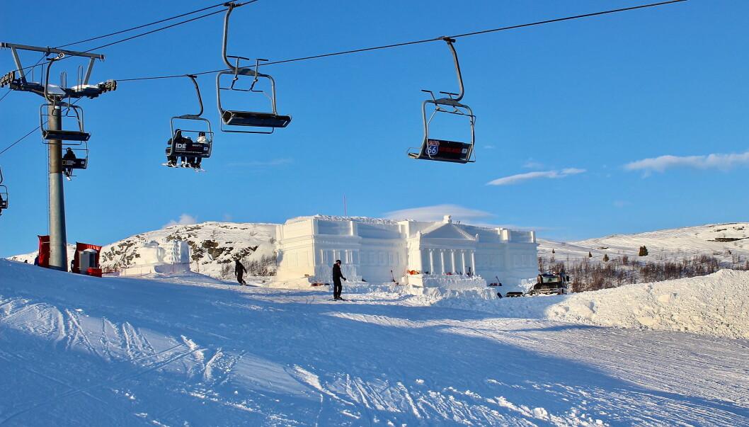 Slottet på toppen av alpinbakken på Beitostølen er et spektakulært skue. (Foto: DestinasjonsKirurgene)