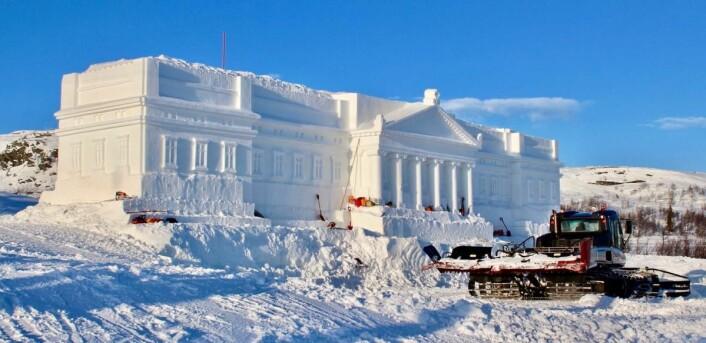 Slottet under bygging på Beitostølen. I vinterferien gjør de kinesiske arbeiderne siste finpuss på snøbygningen. (Foto: DestinasjonsKirurgene)