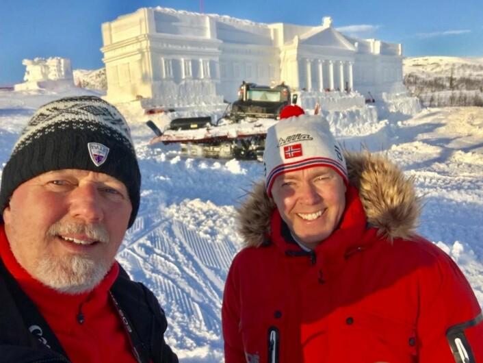 Bjørn B Jacobsen (til venstre) hos DestinasjonsKirurgene og Atle Hovi, administrerende direktør for Beitostølen Resort. Slottet bak er 35 meter langt og 8,5 meter bredt.(Foto: DestinasjonsKirurgene)