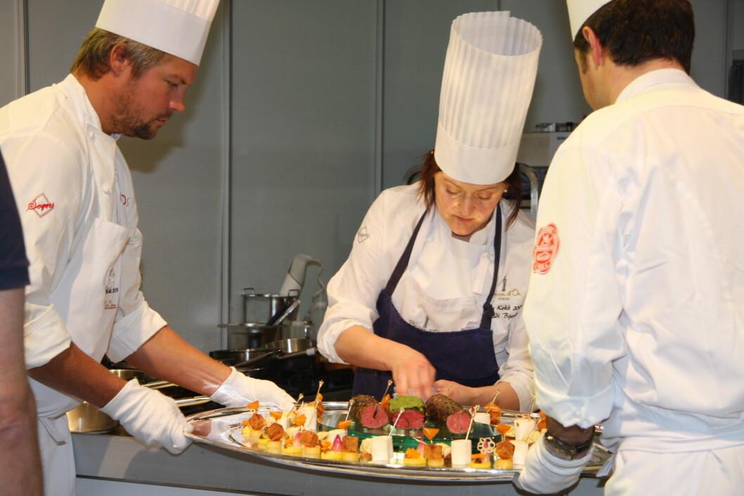 Heidi Bjerkan (bildet) og Credo og Fagn fikk begge en stjerne Michelin-guiden. Her er hun i aksjon i Årets kokk for noen år tilbake. (Foto: Morten Holt, arkiv)