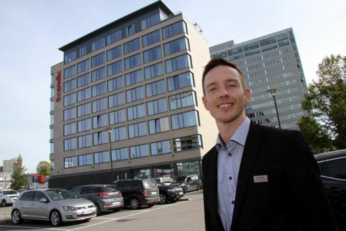 Hotelldirektør på Scandic Helsfyr, Trond Erik Solstad-Nilsen, på parkeringsplassen der den nye hotelldelen skal bygges. (Foto: Morten Holt)