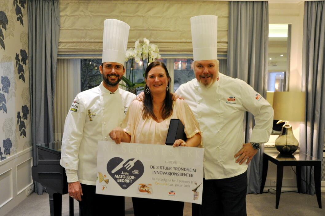 I 2018 var det De 3 Stuer Trondheim Innovasjonssenter med kjøkkensjef Anika Aspvik i spissen, som ble Årets matgledebedrift. Her sammen med På Jetmundsen og Ørjan Johannessen. (Foto: Brita Unnerud)