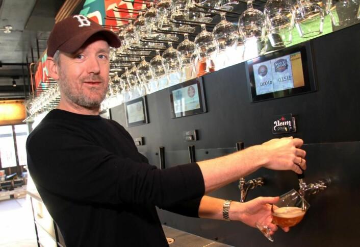 Daglig leder for Heim Hamar, Eirik Rex-Jacobsen, tester tappesystemet. Baren med det nye ølkonseptet åpner 14. mars. (Foto: Morten Holt)
