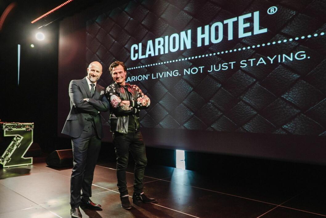 Hotelldirektør Robert Holan sammen med Petter A. Stordalen. (Foto: Nordic Choice Hotels)