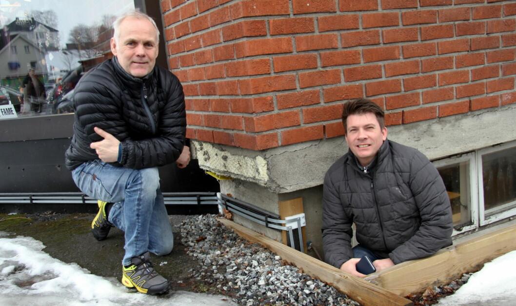 Andreas Aanerud (til venstre) og Ole Einar Hagen viser skallsikringssystemet utenfor lokalene til Aanerud bakeri. (Foto: Morten Holt)