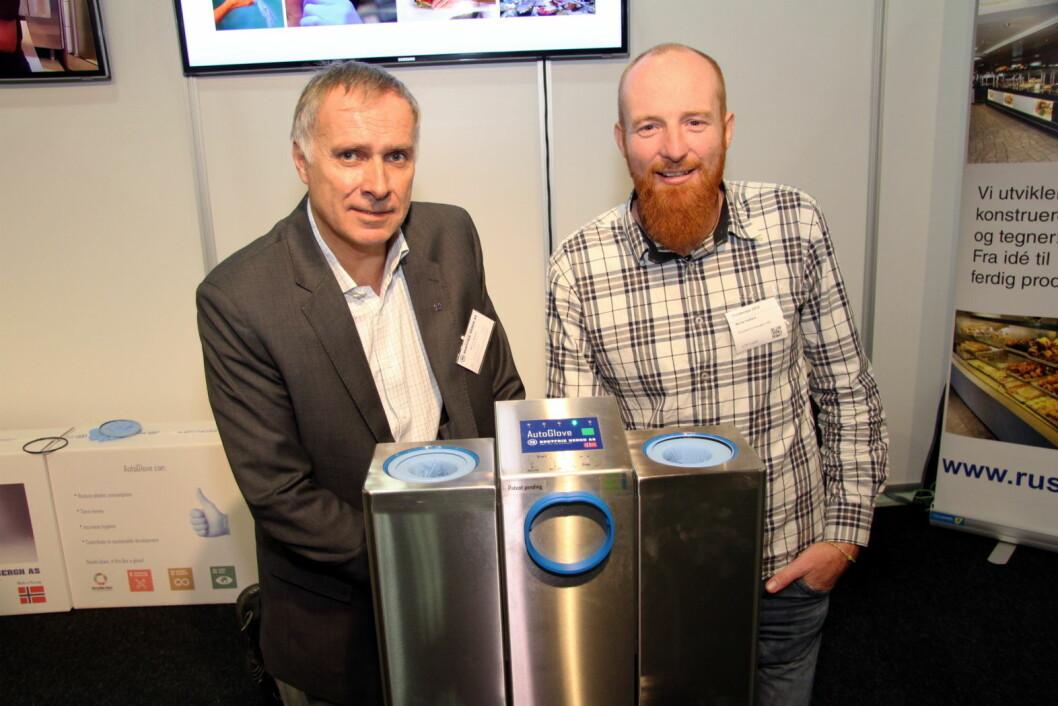 Ecocentric Innovation, her representert ved Monty Hatfield (til høyre), har utviklet AutoGlove, en innovasjon for storkjøkkenbransjen. Det er Rustfrie Bergh, her daglig leder Øivind Bergh, som skal produsere og selge produktet i Norge. (Foto: Morten Holt)