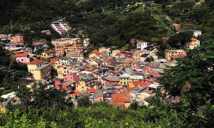 Fra den gamle delen av Monterosso al Mare. Hotellet L'Antica Terrazza ligger omtrent midt i bildet. (Foto: Morten Holt)