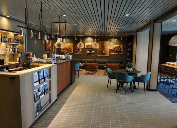 Fra lobbyen og lobbybaren på Scandic Vestfjord Lofoten. (Foto: Scandic Hotels)