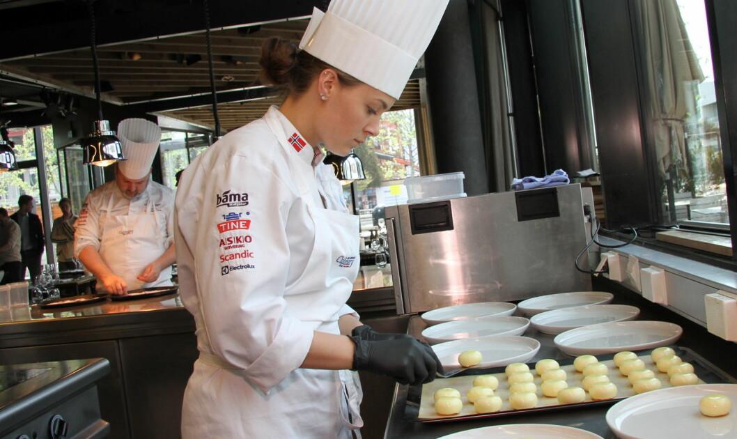 Runa Kvendseth er på juniorkokkelandslaget, og er også commis for Håvard Werkland i den Årets kokk, som arrangeres 24. september i år. (Foto: Morten Holt)