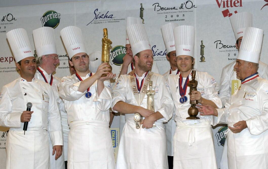 Tom Victor Gausdal tok sølv i Bocuse d'Or 2005, ett poeng bak Serge Vieira, men foran danske Rasmus Kofoed (til høyre), som senere har tatt både sølv og gull i den anerkjente kokkekonkurransen. Helt til venstre Jerome Bocuse, til høyre Paul Bocuse. (Foto: Arkiv)