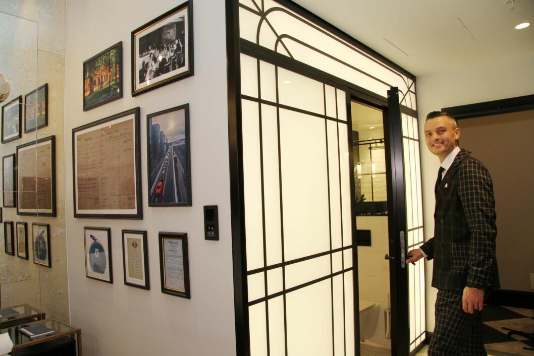 Amerikalinjens hotelldirektør Wilhelm Hartwig ved inngangen til badet på et av rommene på det nyåpnede hotellet. (Foto: Morten Holt)