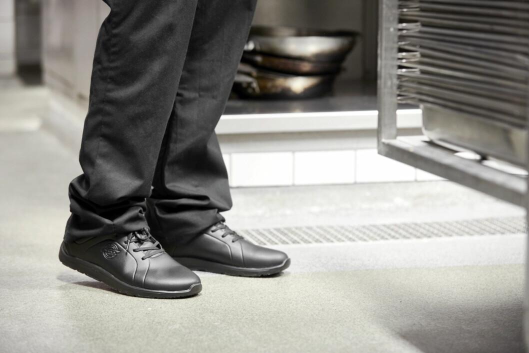 Den nye skoen Function fra Sika Footwear tilfredsstiller kravene til en god arbeidssko for alle kjøkkenansatte. (Foto: Sika Footwear)
