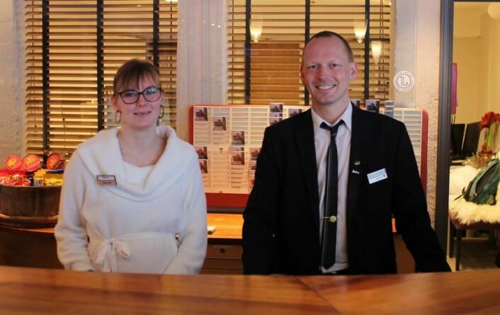 Bent-Johan Pakarinen på jobb bak resepsjonsdisken på Radisson Blu på Beitostølen, her sammen med resepsjonist-kollega Marie Bjørneseth. (Foto: DestinasjonsKirurgene)