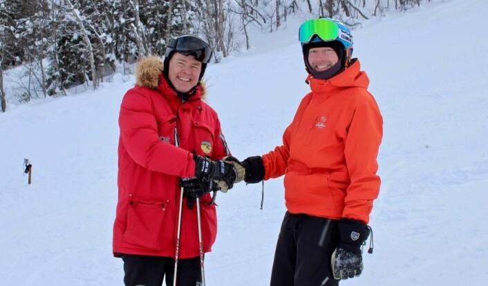 Bent-Johan Pakarinen hilser på sin sjef Atle Hovi, alpinbakken i Raudalen, der Atle & co hadde satt opp fartsmåler for å sjekke formen til den fartsglade resepsjonisten. Det ble litt over 120 km/t påsnowboard denne dagen. (Foto: DestinasjonsKirurgene)