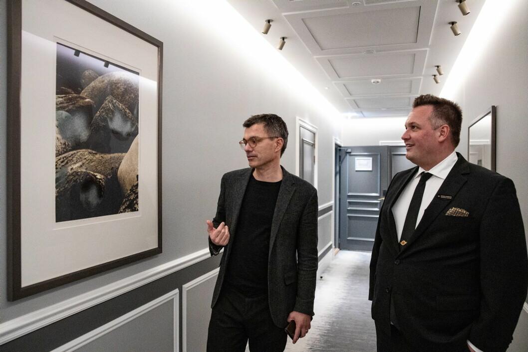 Hotelldirektør Mikael Forselius (til høyre) sammen med direktør Johan Börjesson ved Trondheim kunstmuseum. (Foto: Reitan-Gruppen)