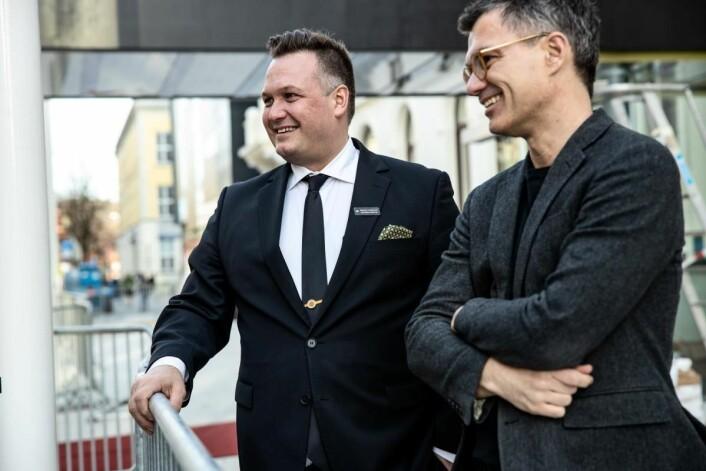 Hotelldirektør Mikael Forselius (til venstre) sammen med direktør Johan Börjesson ved Trondheim kunstmuseum. (Foto: Reitan-Gruppen)
