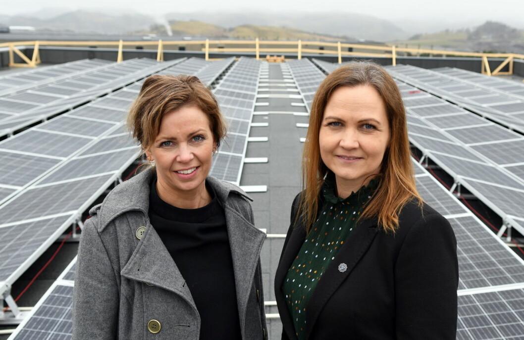 Daglig leder Guro Espeland (til venstre) og markeds- og bærekraftansvarlig Gry Surdal Espeland ved solcellepanelene på taket. (Foto: Brand Studio)