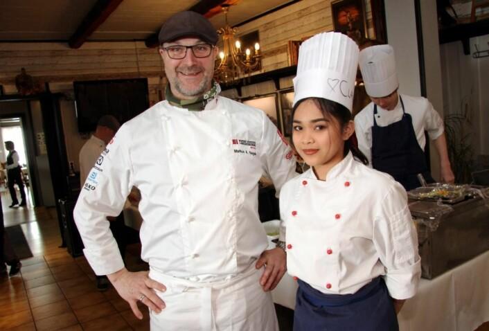 <em>Restauranteier Markus Nagele med en av elevene som var med i «Restaurant Take Over», Claudine Abonales Adoray. (Foto: Morten Holt)</em>