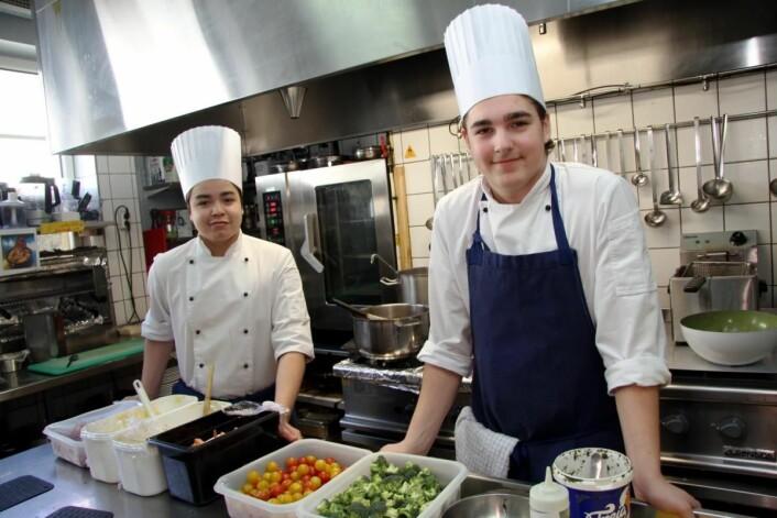 <em>Philip Nøklestad (til venstre) og Maciej Michael Antosz fikk bryne seg på kjøkkenet. (Foto: Morten Holt)</em>