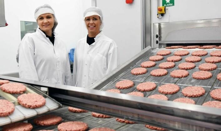 Daglig leder Guro Espeland (til høyre) og markeds- og bærekraftansvarlig Gry Surdal Espeland ved hamburgerlinjen. (Foto: Brand Studio)
