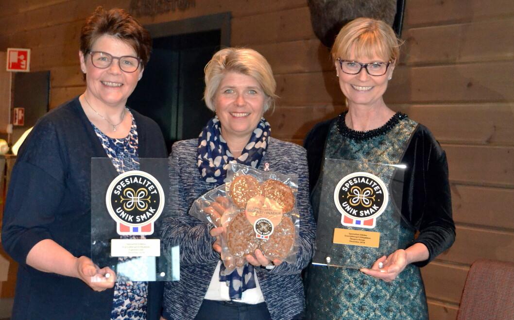 Nina Sundqvist hos Matmerk (midten) delte ut Spesialitet-merket til Gransjøberget Sæter og Viltkjøkken. Til høyre daglig leder Marianne Wimmer og til venstre pølsemaker Hallgerd Tronsmoen. (Foto: Solrunn Nordlien)