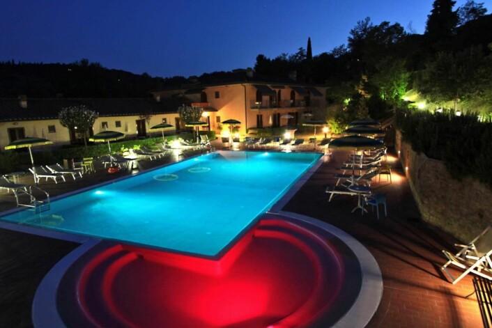 Det er en rolig og behagelig atmosfære på Hotel Sovestro. Herfra det ene av to bassengområder på hotellet.