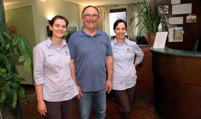 Resepsjonist Laura Taverni (til høyre) har arbeidet på Hotel Sovestro i 20 år, mens Agnese Paluffi har 16 års fartstid på hotellet<em>.</em> (Foto: Morten Holt)