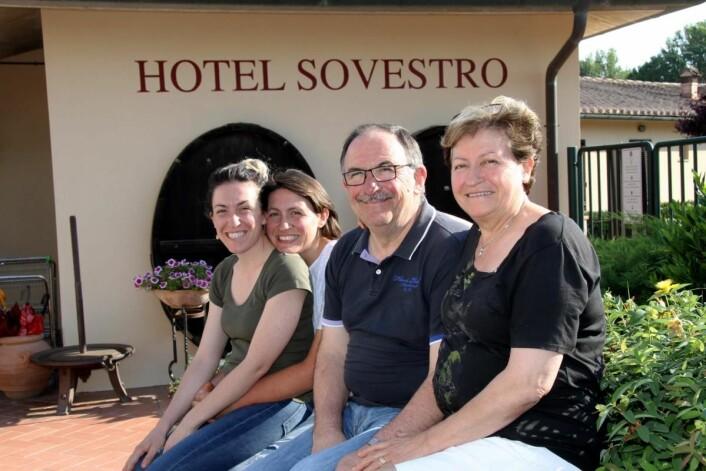 Familien Failli utenfor familiebedriften Hotel Sovestro; Fra venstre Barbara, Alessia Sergio og Lucia Failli. (Foto: Morten Holt)