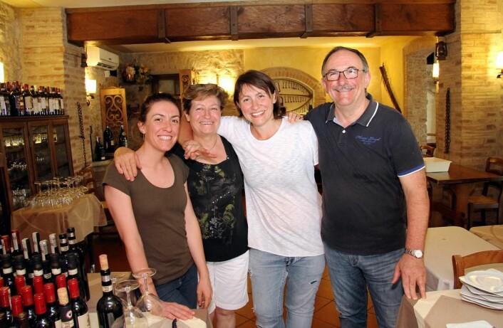 Familien Failli i den prisbelønte restauranten Da Pode. Fra venstre Barbara, Lucia, Alessia og Sergio Failli. (Foto: Morten Holt)